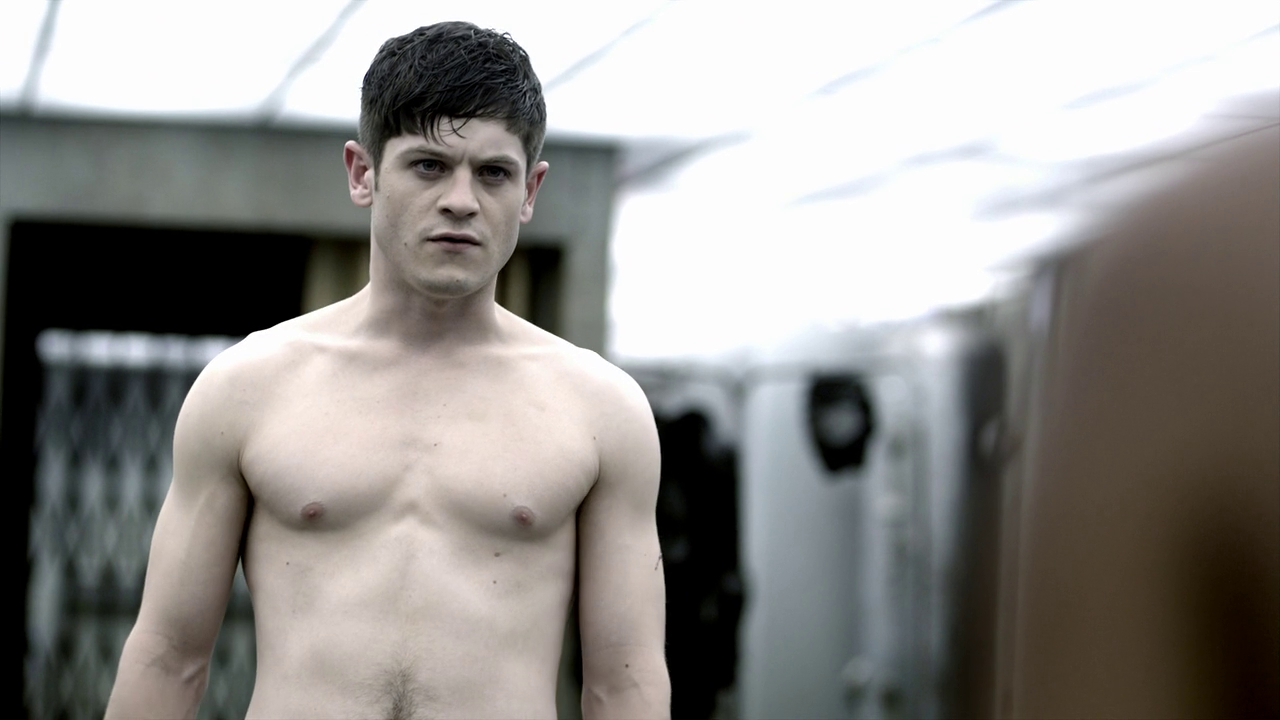 "Iwan Rheon as Simon Bellamy shirtless in Misfits 2×04 ""Episode Four"""