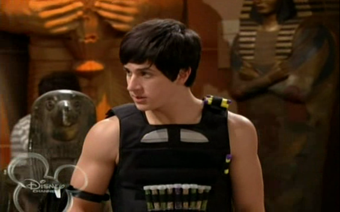 David Henrie as Justin Russo showing off his biceps in Wizards of Waverly Place