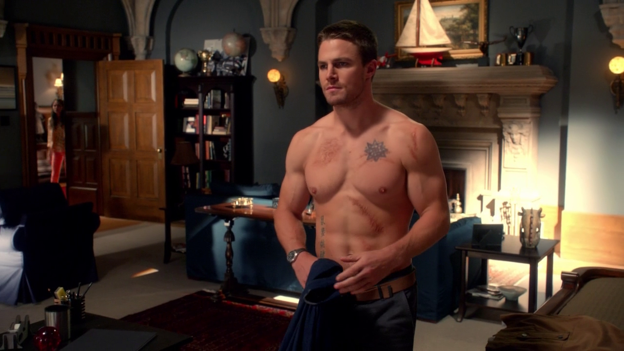 """Stephen Amell as Oliver Queen/Arrow shirtless in Arrow 1×02 """"Honor Thy Father"""""""