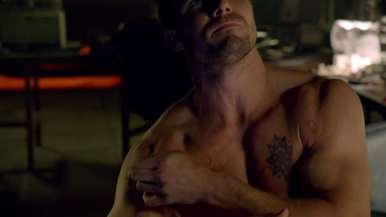 """Stephen Amell as Oliver Queen/Arrow shirtless in Arrow 1×03 """"Lone Gunmen"""""""