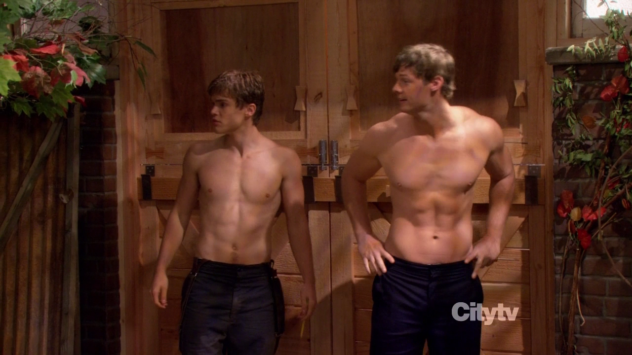 """Brandon Jones as Jebediah and Jack DePew as Jacob shirtless in 2 Broke Girls 2×07 """"And the Three Boys with Wood"""""""
