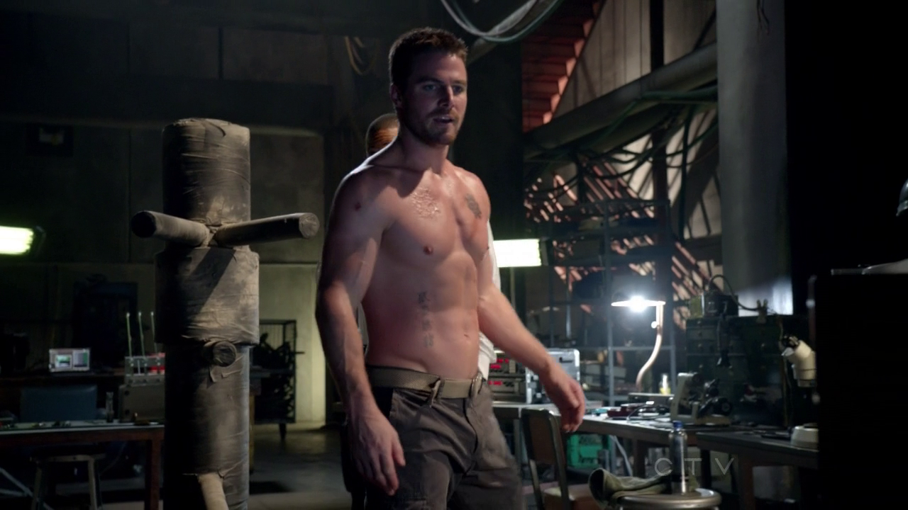 """Stephen Amell as Oliver Queen/Arrow shirtless in Arrow 1×07 """"Muse of Fire"""""""
