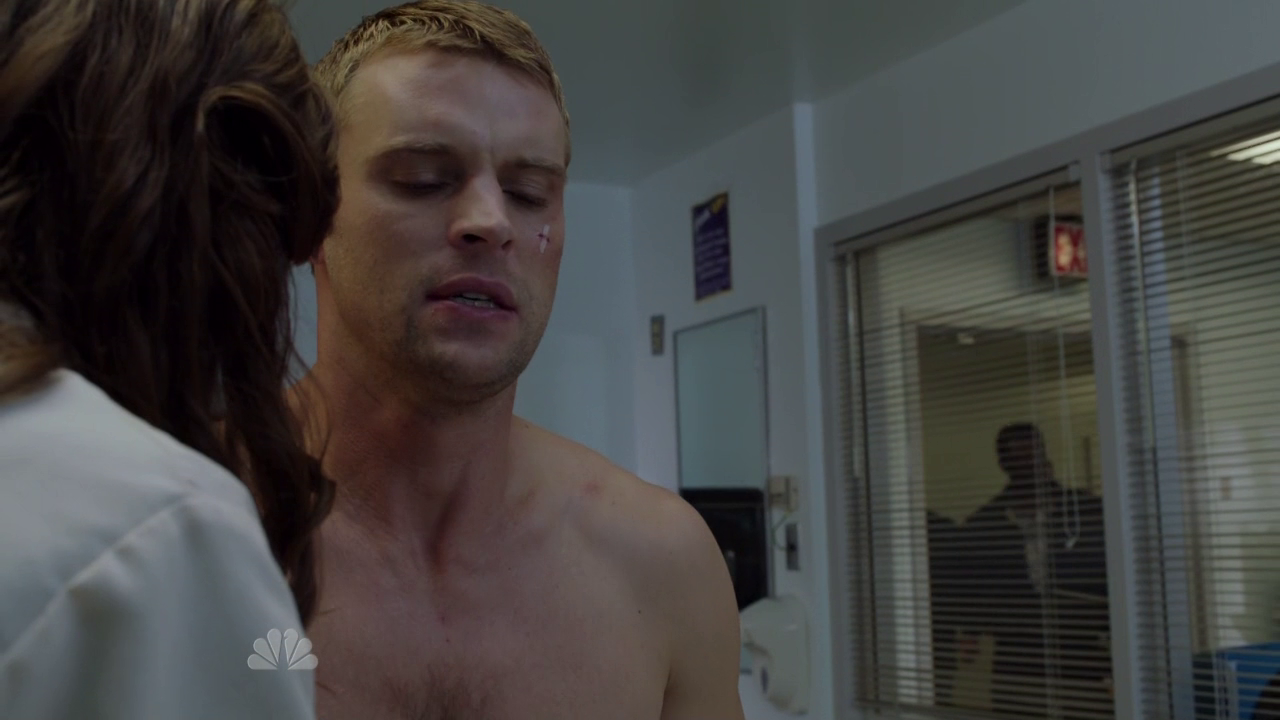 "Jesse Spencer as Lieutenant Matthew Casey shirtless in Chicago Fire 1×05 ""Hanging On"""