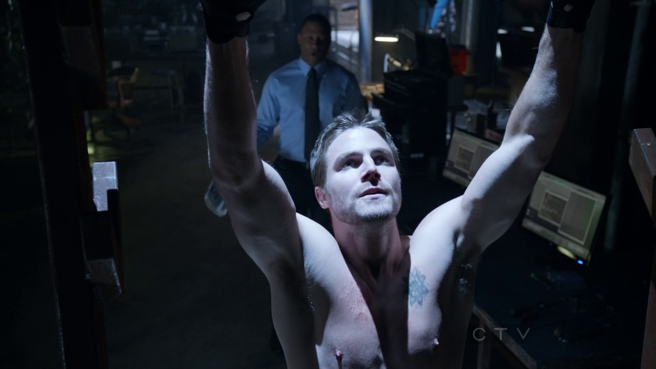 """Stephen Amell as Oliver Queen/Arrow shirtless in Arrow 1×08 """"Vendetta"""""""