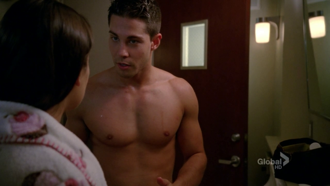 "Dean Geyer as Brody Weston shirtless on Glee 4×01 ""The New Rachel"""
