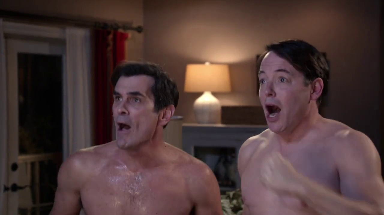 """Ty Burrell as Philip Dunphy and Matthew Broderick as Dave shirtless in Modern Family 4×08 """"Mistery Date"""""""