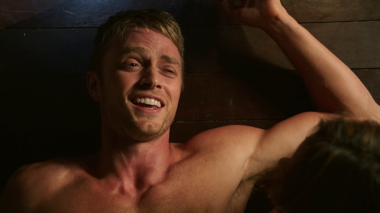 "Wilson Bethel as Wade Kinsella shirtless in Hart of Dixie 2×04 ""Suspicious Minds"""