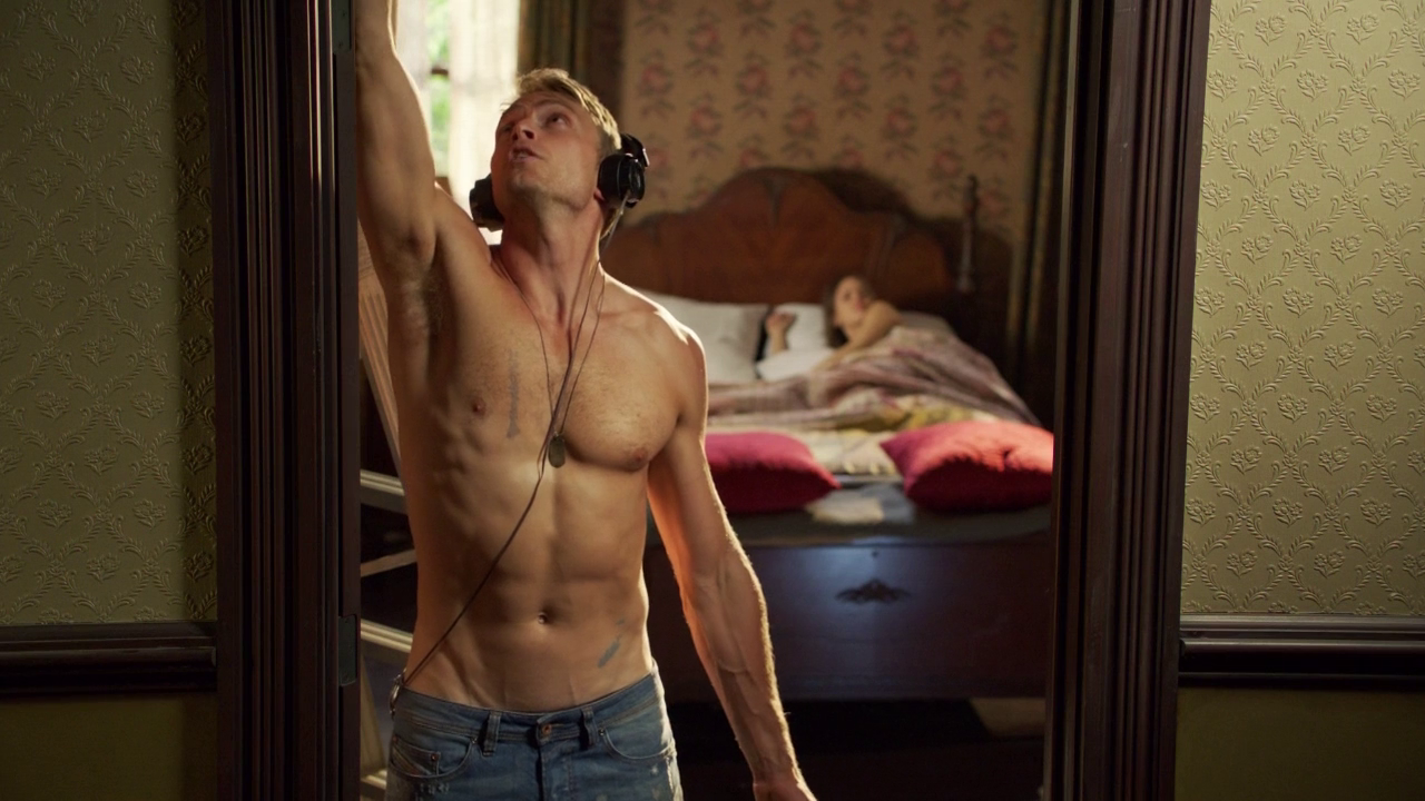 "Wilson Bethel as Wade Kinsella shirtless in Hart of Dixie 2×03 ""If It Makes You Happy"""
