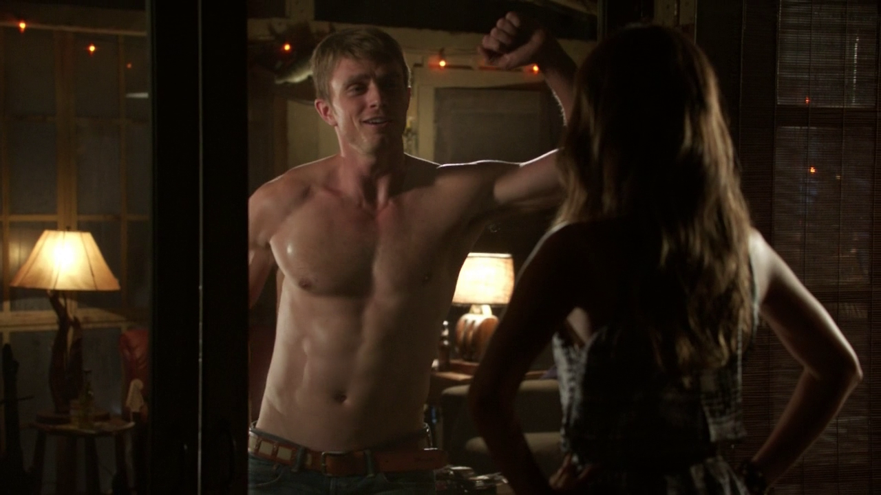 "Wilson Bethel as Wade Kinsella shirtless in Hart of Dixie 2×02 ""Always on My Mind"""