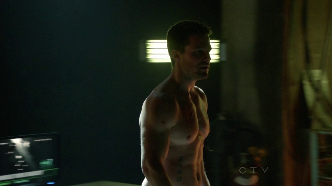 """Stephen Amell as Oliver Queen/Arrow shirtless in Arrow 1×11 """"Trust But Verify"""""""