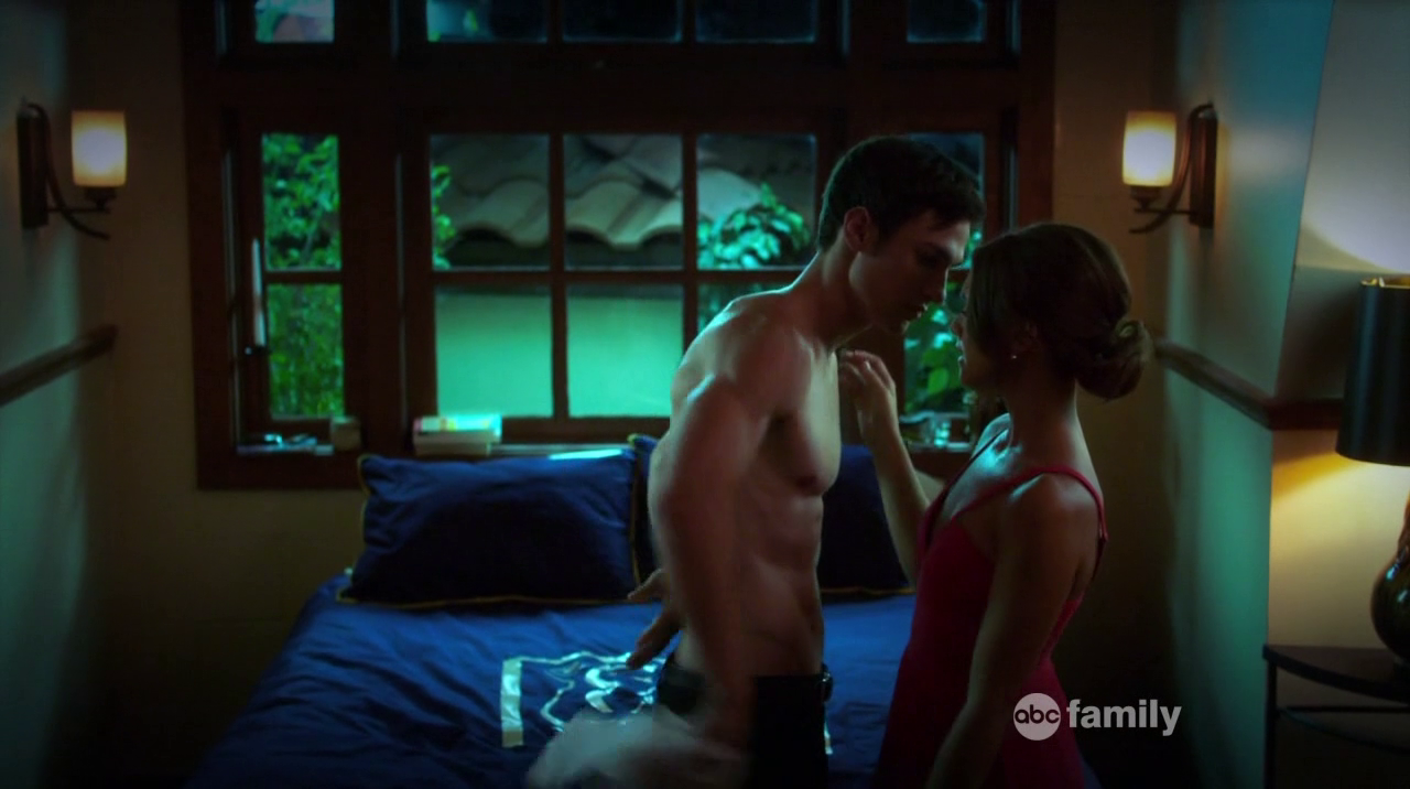 """Christian Alexander as Thayer Rybak shirtless in The Lying Game 2×06 """"Catch Her in the Lie"""""""