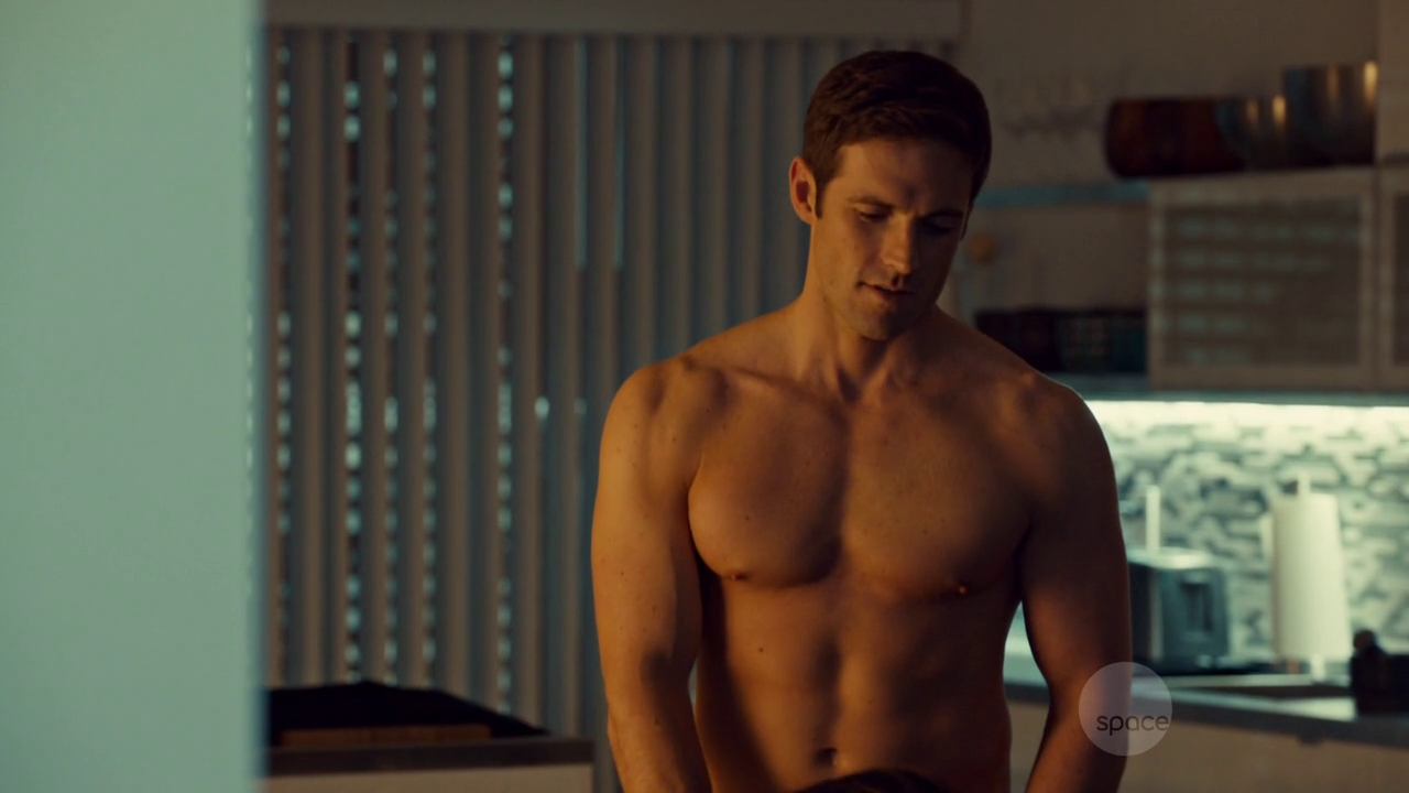"Dylan Bruce as Paul Dierden shirtless/naked in Orphan Black 1×01 ""Natural Selection"""