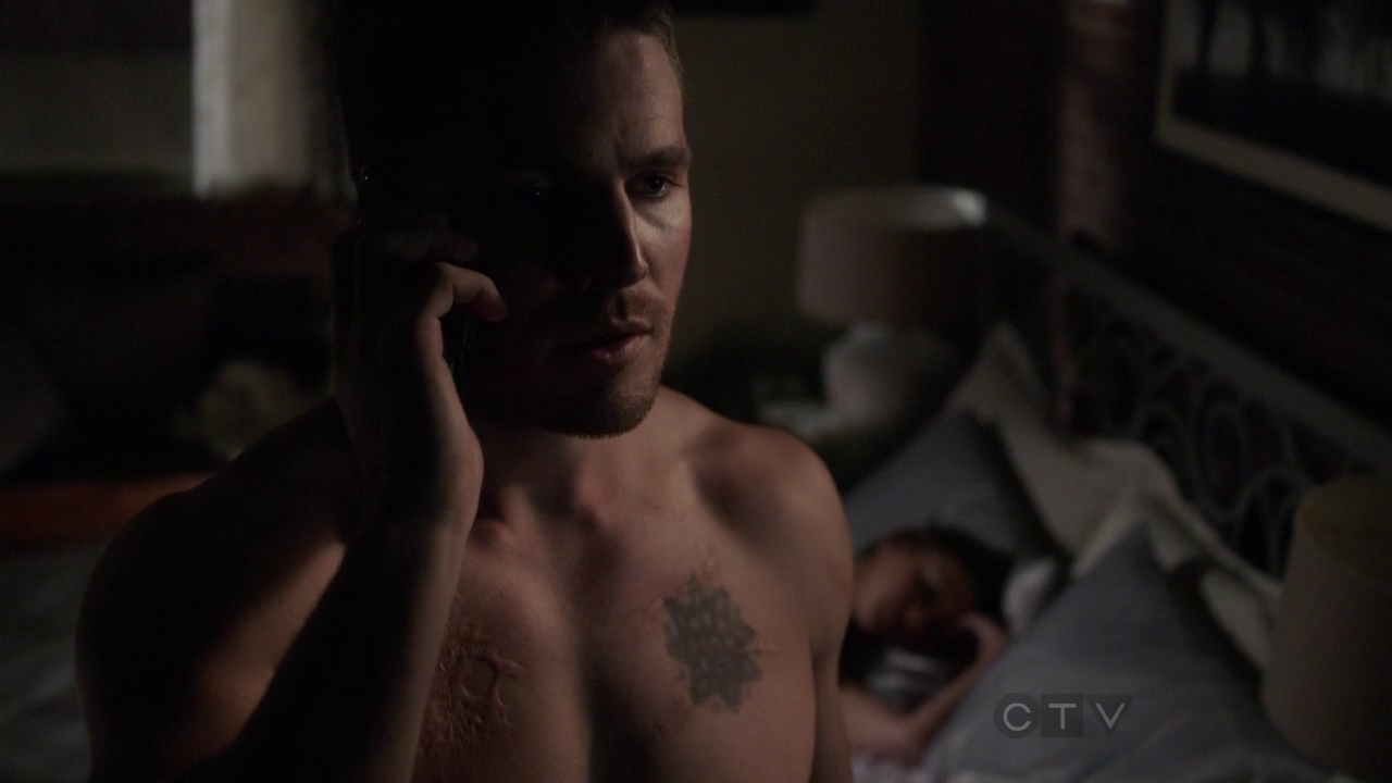"Stephen Amell as Oliver Queen/Arrow shirtless in Arrow 1×21 ""The Undertaking"""