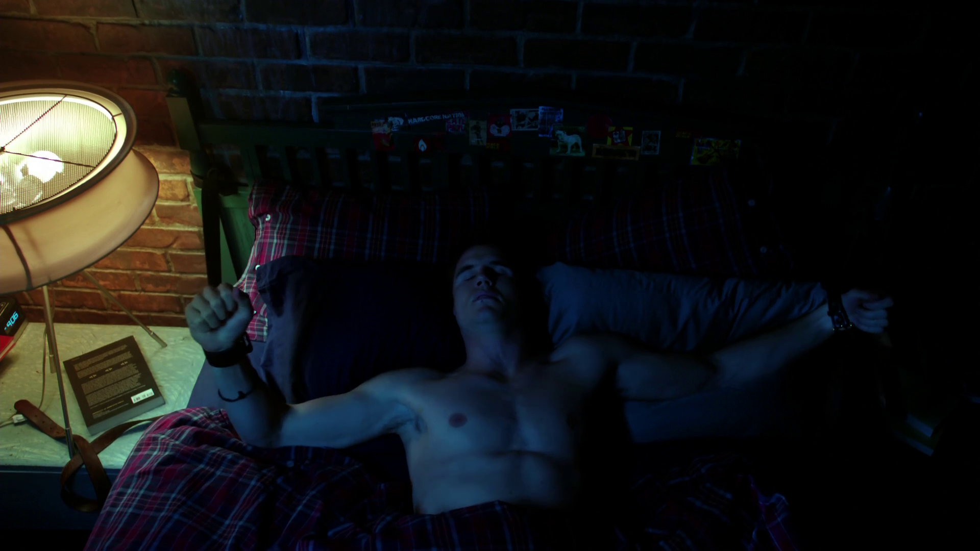 "Robbie Amell as Stephen Jameson shirtless in The Tomorrow People 1×01 ""Pilot"""