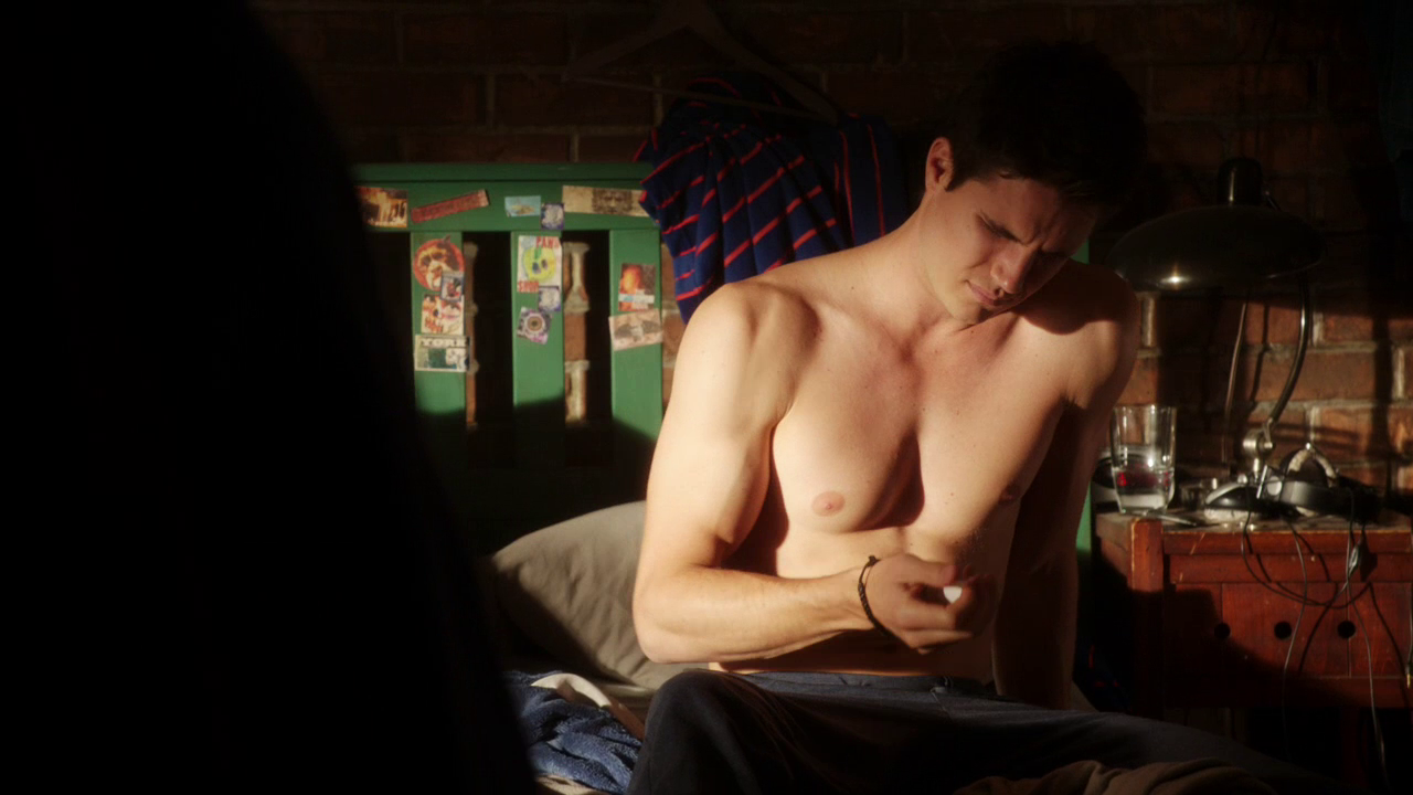 "Robbie Amell as Stephen Jameson and Luke Mitchell as John Young shirtless in The Tomorrow People 1×02 ""In Too Deep"""