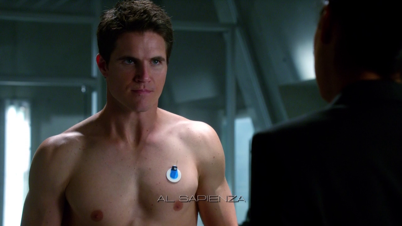 "Robbie Amell as Stephen Jameson shirtless in The Tomorrow People 1×03 ""Girl, Interrupted"""