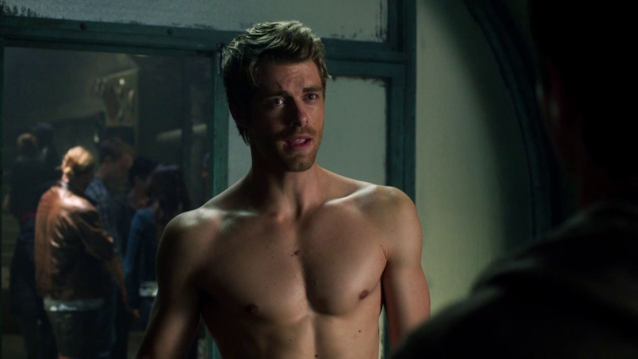 "Luke Mitchell as John Young shirtless in The Tomorrow People 1×05 ""All Tomorrow's Parties"""