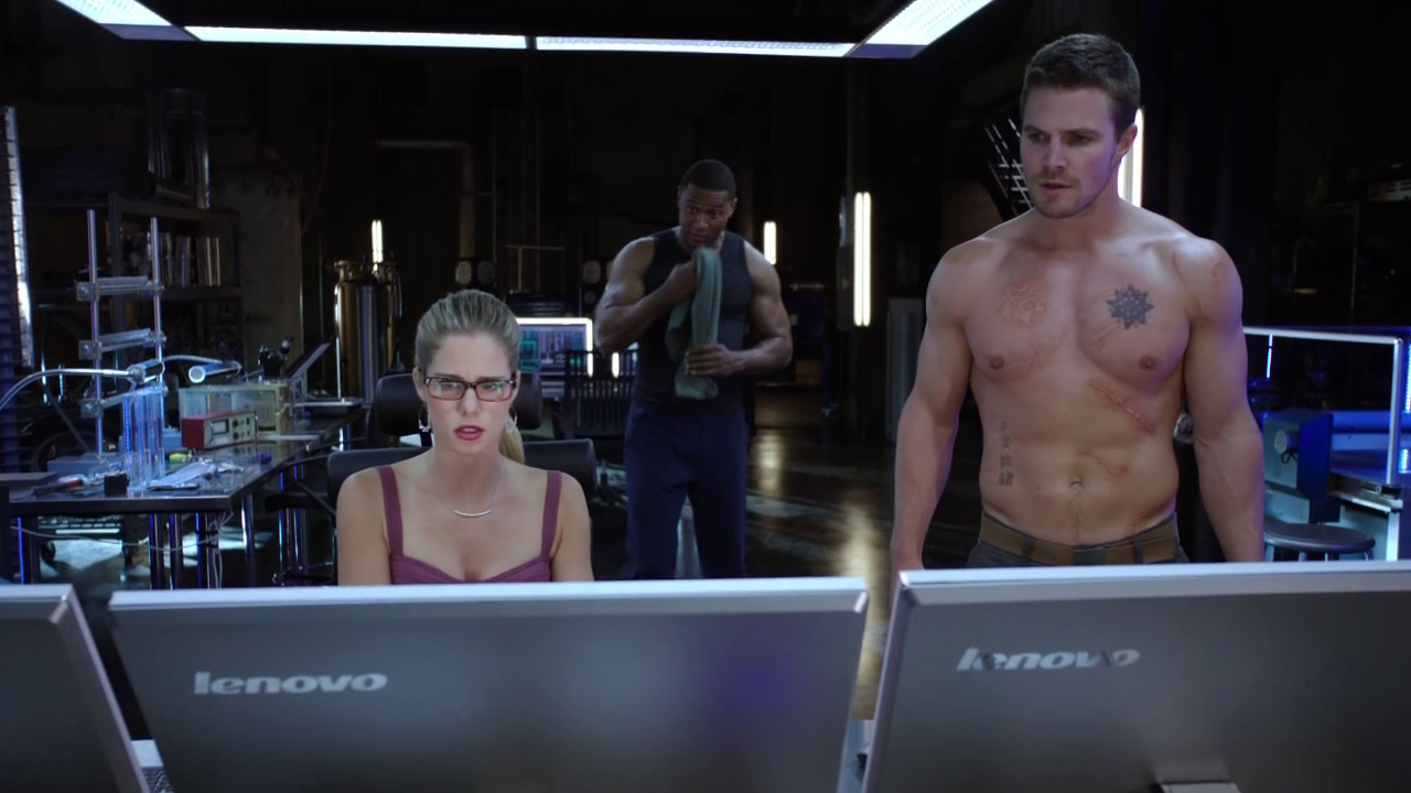 "Stephen Amell as Oliver Queen/Arrow shirtless in Arrow 2×03 ""Broken Dolls"""