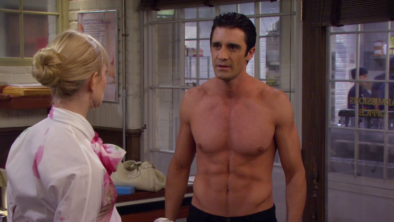 """Gilles Marini as Nicolas shirtless in 2 Broke Girls 3×10 """"And the First Day of School"""""""