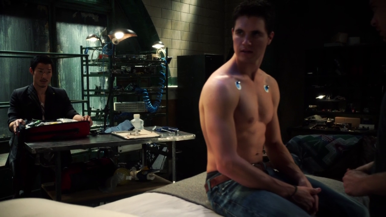 "Robbie Amell as Stephen Jameson shirtless in The Tomorrow People 1×09 ""Death's Door"""