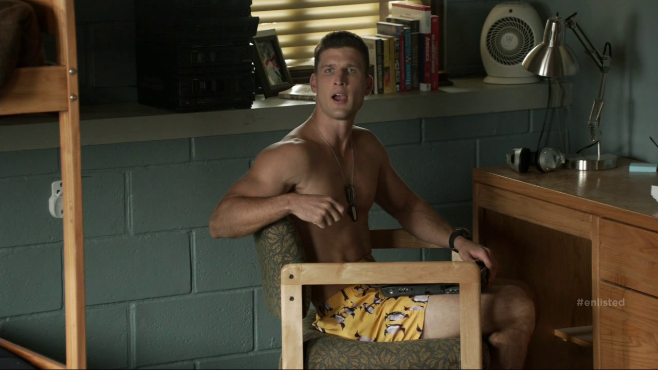 "Geoff Stults as Sergeant Pete Hill and Parker Young as Private Randy Hill shirtless in Enlisted 1×04 ""Homecoming"""