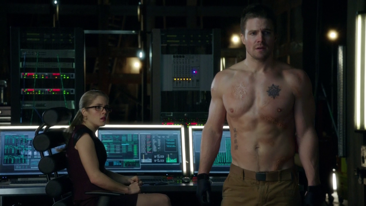 "Stephen Amell as Oliver Queen/Arrow shirtless in Arrow 2×13 ""Heir to the Demon"""