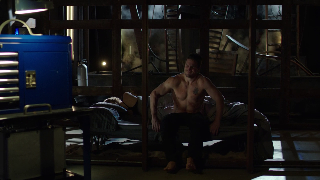 "Stephen Amell as Oliver Queen/Arrow shirtless in Arrow 2×16 ""Suicide Squad"""