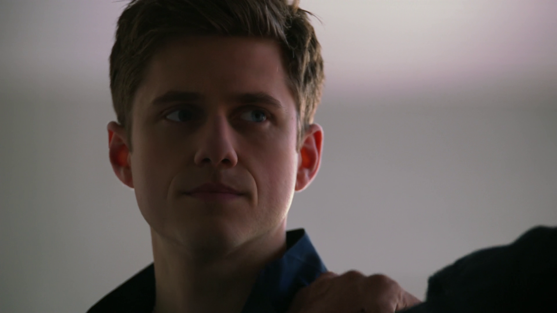 "Aaron Tveit as Mike Warren in Graceland 1×01 ""Pilot"""