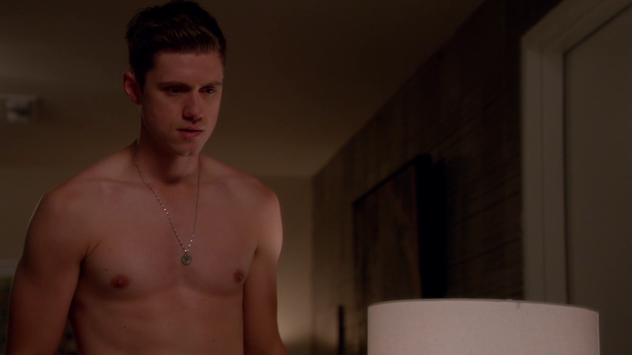 "Aaron Tveit as Mike Warren shirtless in Graceland 2×05 ""H-A-Double-P-Y"""