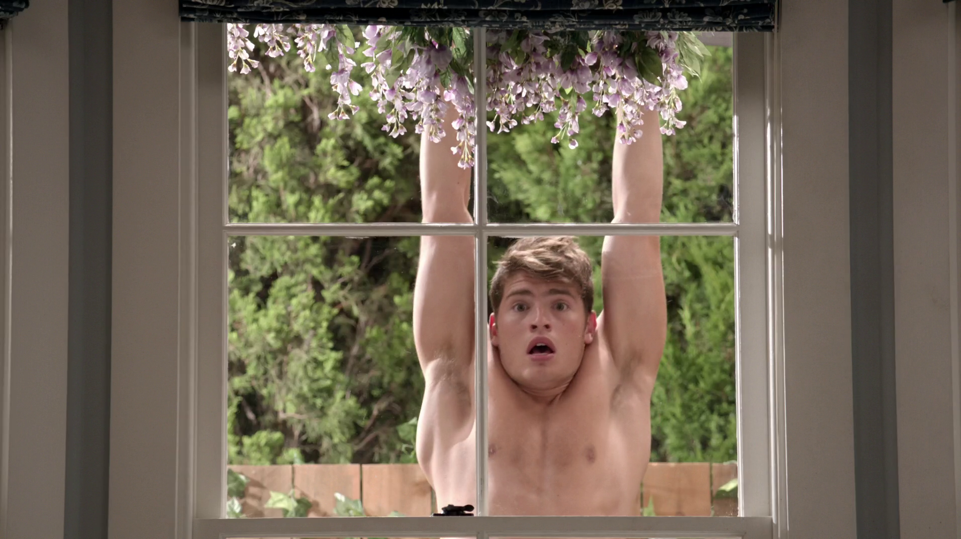 "Gregg Sulkin as Liam Booker shirtless/naked in Faking It 2×01 ""The Morning Aftermath"""