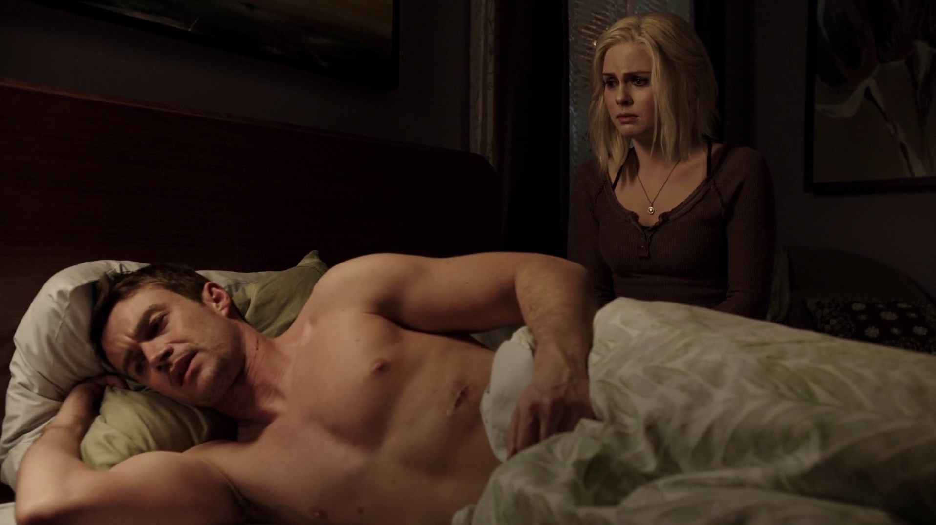 "Robert Buckley as Major Lilywhite shirtless in iZombie 1×13 ""Blaine's World"""