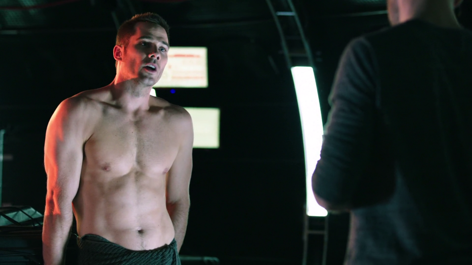 "Luke Macfarlane as D'avin Jaqobis shirtless in Killjoys 1×05 ""A Glitch in the System"""