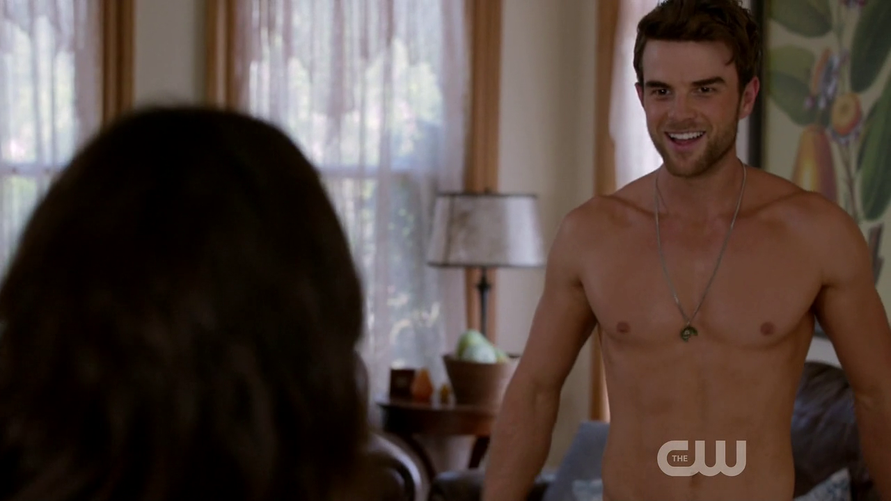"Nathaniel Buzolic as Jimothy ""Jimmy"" Barnes shirtless in Significant Mother 1×05 ""Suffering & Succotash"""