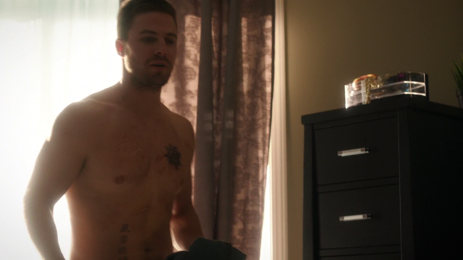 "Stephen Amell as Oliver Queen/Arrow shirtless in Arrow 4×01 ""Green Arrow"""