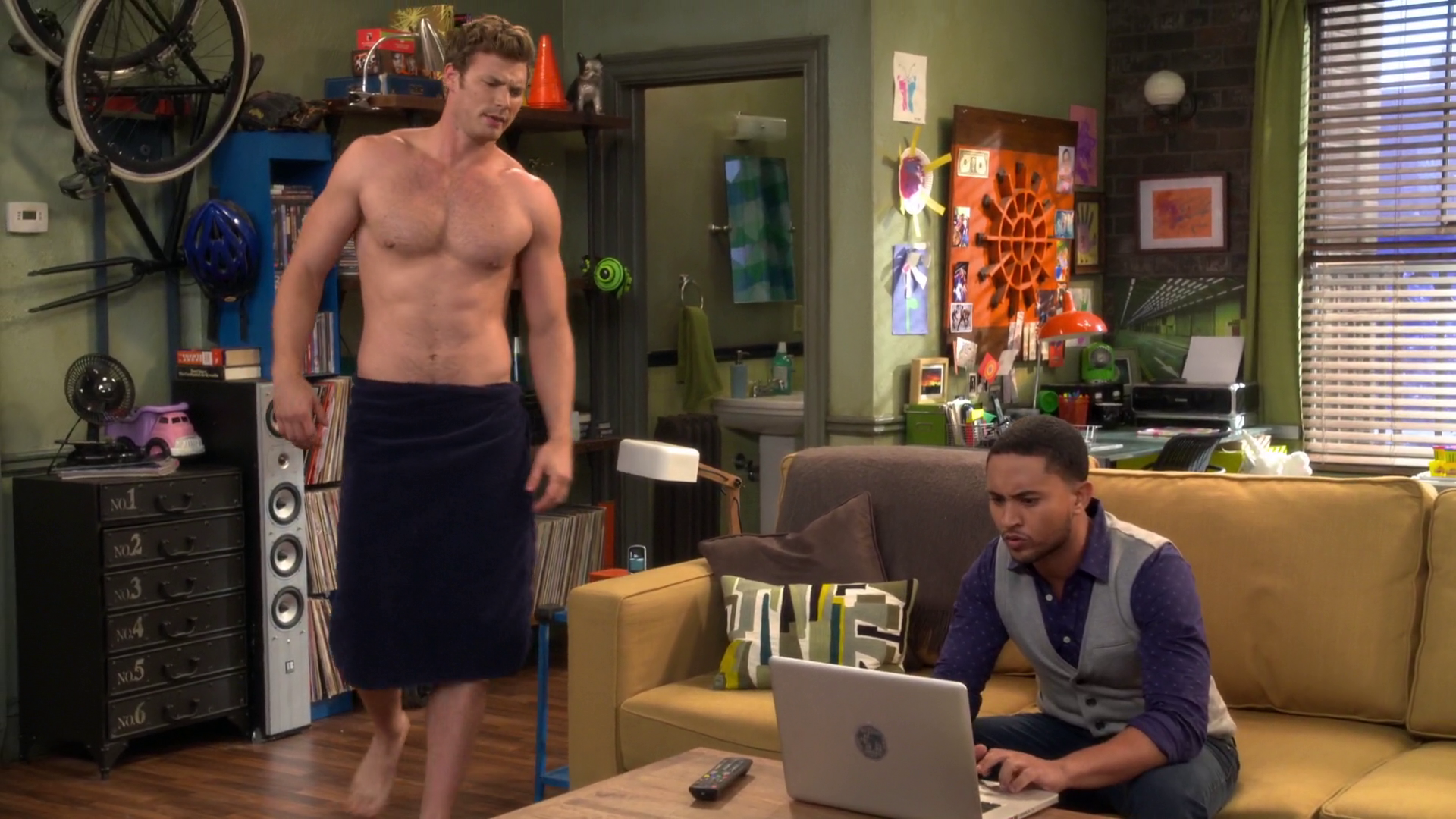 """Derek Theler as Danny Wheeler shirtless in Baby Daddy 5×01 """"Love And Carriage"""""""