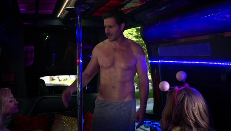 """Ed Quinn as Randy shirtless in 2 Broke Girls 5×16 """"And the Pity Party Bus"""""""