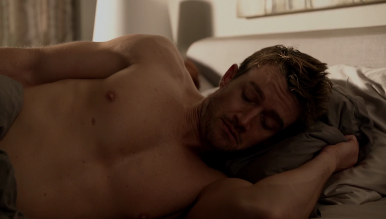 "Robert Buckley as Major Lilywhite shirtless in iZombie 2×04 ""Even Cowgirls Get the Black and Blues"""