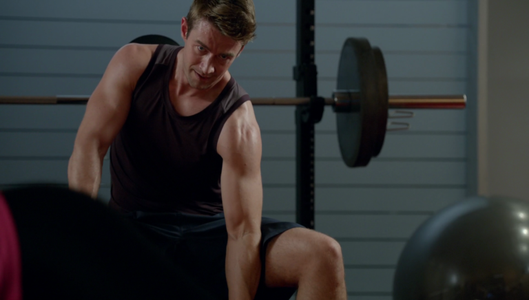 "Robert Buckley as Major Lilywhite shirtless in iZombie 2×03 ""Real Dead Housewife of Seattle"""