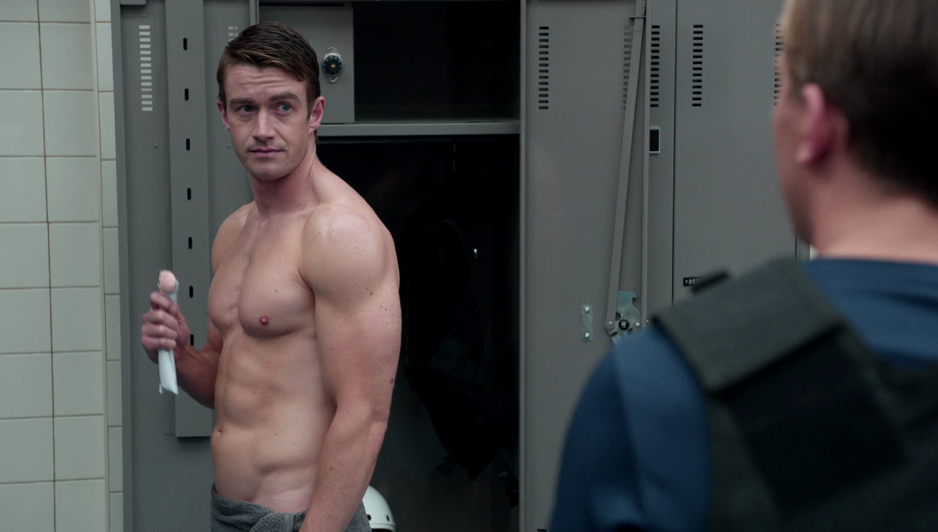 "Robert Buckley as Major Lilywhite shirtless in iZombie 3×03 ""Eat, Pray, Liv"""