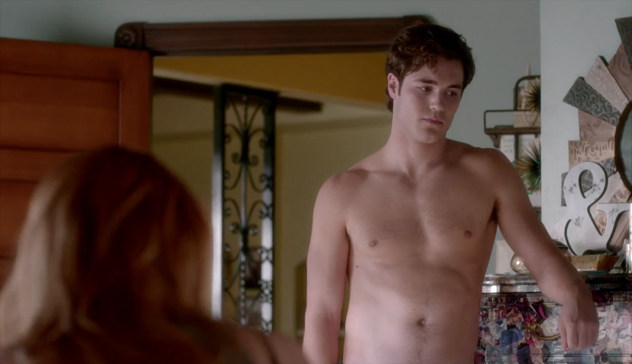 "Charlie DePew as Jake Salt shirtless in Famous in Love 1×06 ""Found in Translation"""