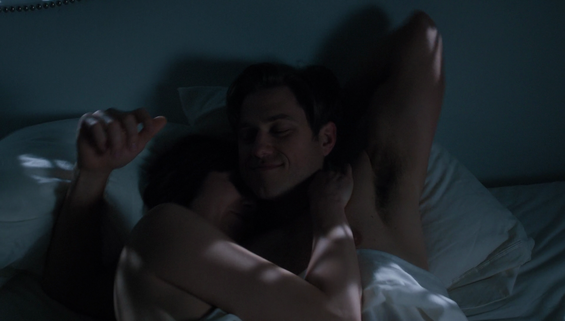 """Aaron Tveit as Gareth Ritter shirtless in BrainDead 1×08 """"The Path to War: Part One"""""""