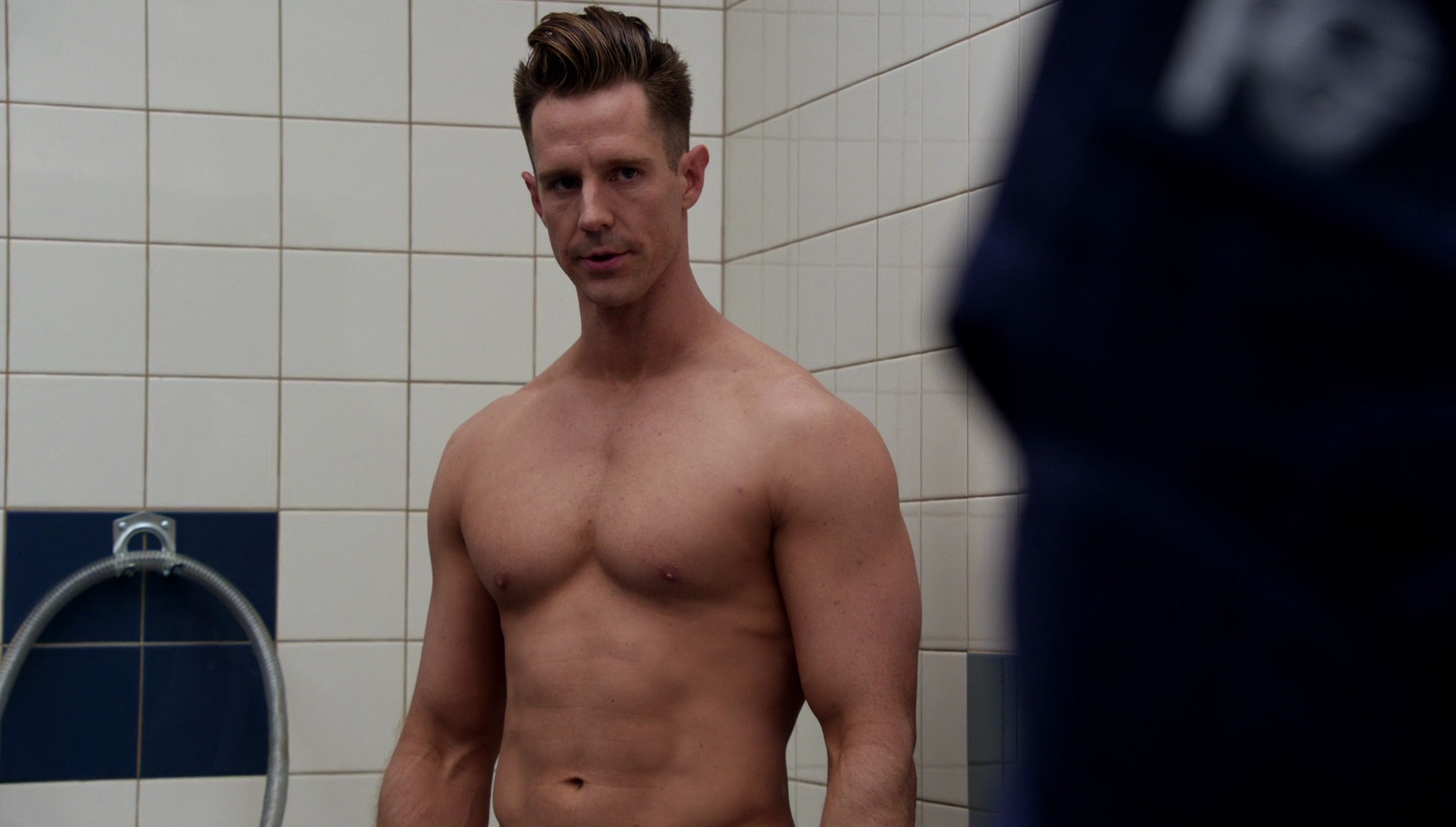 "Jason Dohring as Chase Graves shirtless in iZombie 3×11 ""Conspiracy Weary"""
