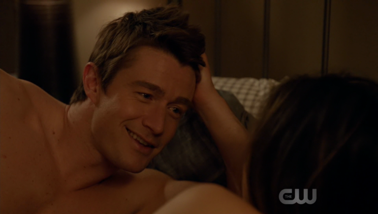 "Robert Buckley as Major Lilywhite shirtless in iZombie 3×12 ""Looking for Mr. Goodbrain, Part 1"""
