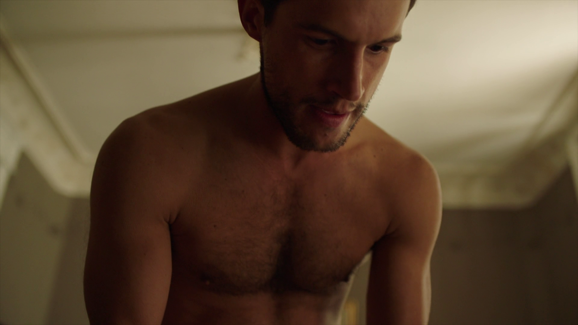 "Rob Heaps as Ezra Bloom shirtless in Impostors 2×02 ""Trouble Maybe"""