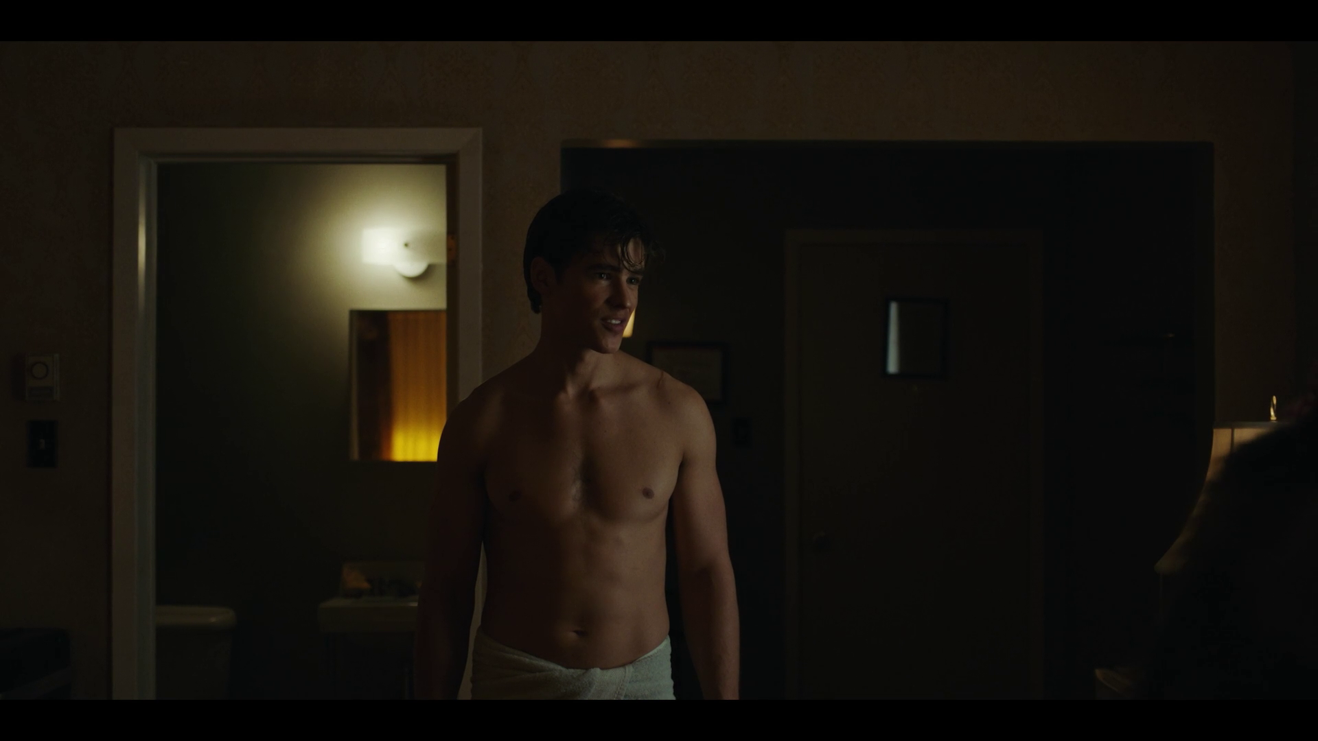 "Brenton Thwaites as Richard ""Dick"" Grayson/Robin shirtless in Titans 1×05 ""Together"""