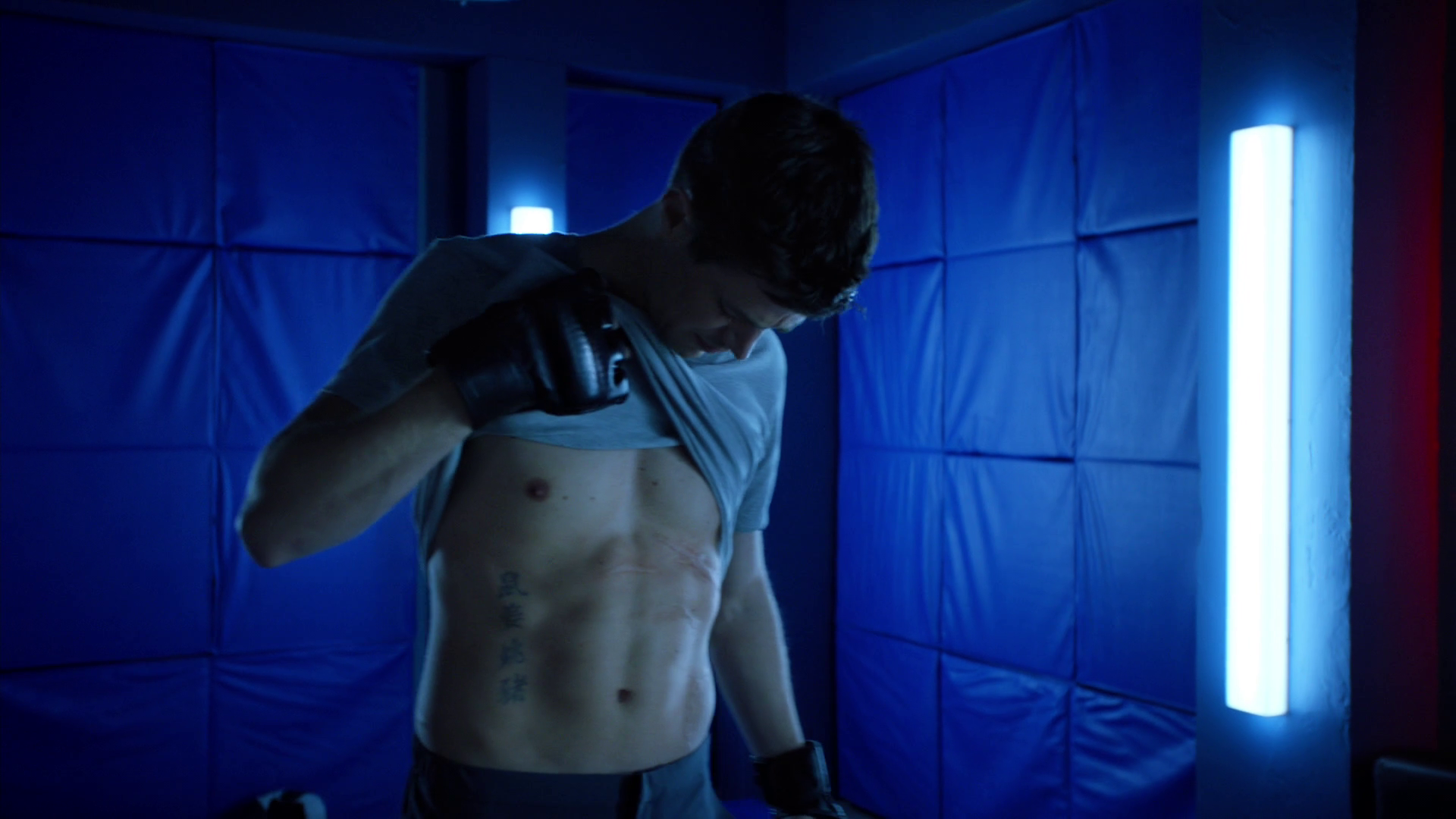 "Grant Gustin as Barry Allen/The Flash shirtless in The Flash 5×09 ""Elseworlds, Part 1"""